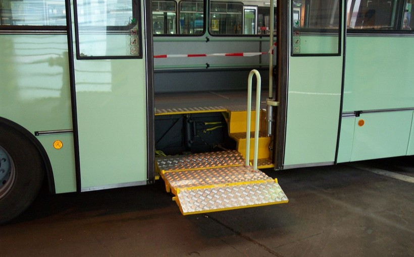 1280px-Praha,_DOD_2006_Hostivař,_Plošina_autobusu_Karosa_pro_invalidy